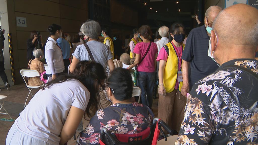 高雄開放87歲以上長者施打疫苗 現場「人擠人」陳其邁罕見動怒