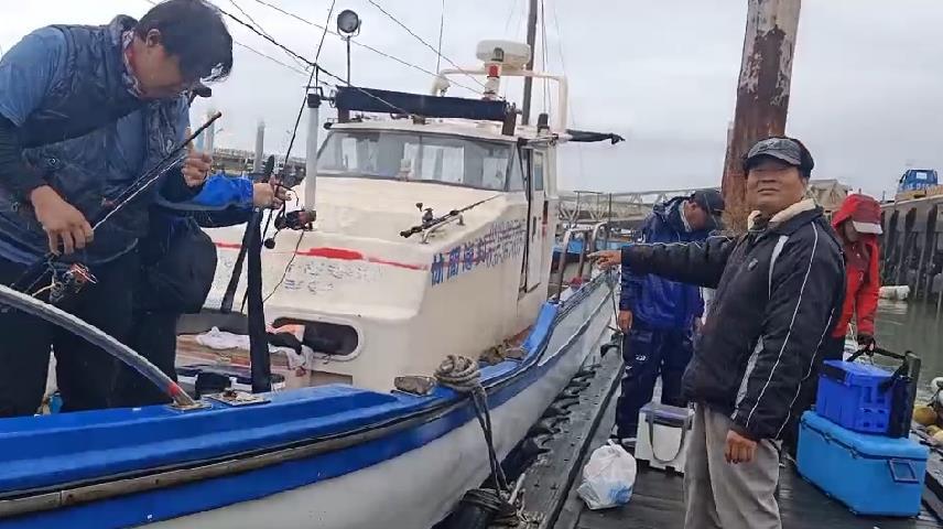 快新聞/苗栗漁港外海海釣船遇浪翻覆 男子茫茫海上漂浮幸運獲救