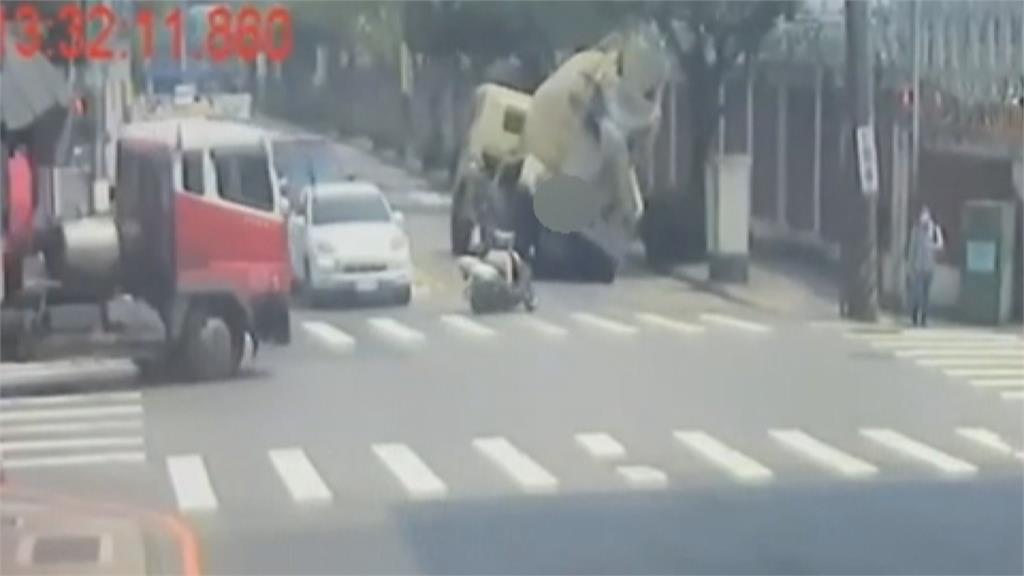 嚇!過彎重心不穩翻覆壓斷路樹 水泥預拌車駕駛命大僅輕傷