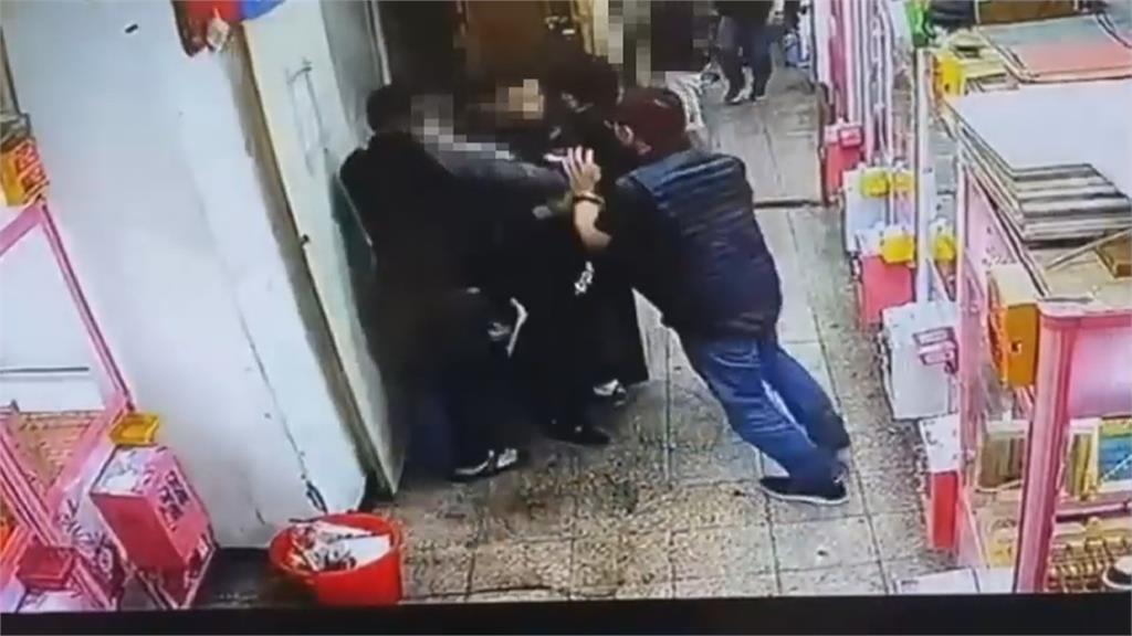 賭場藏娃娃機店! 門口賣雞排「把風」警喬裝「夾娃客」一舉攻堅逮31人