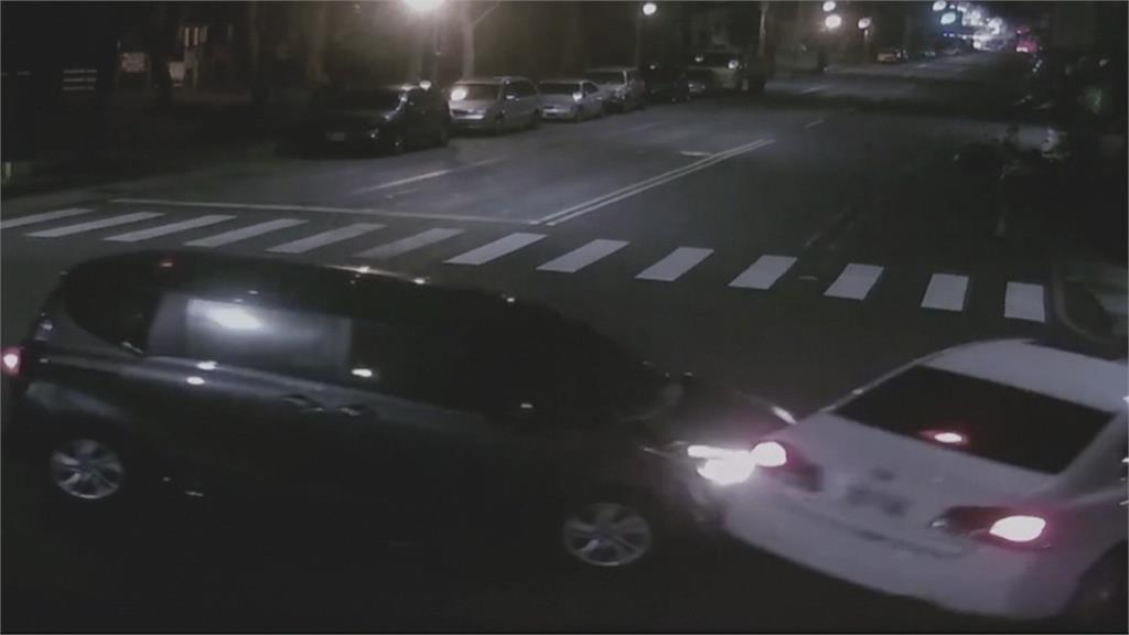 闖燈擦撞轎車衝進民宅 駕駛跑了...警追肇逃男查獲制式槍枝