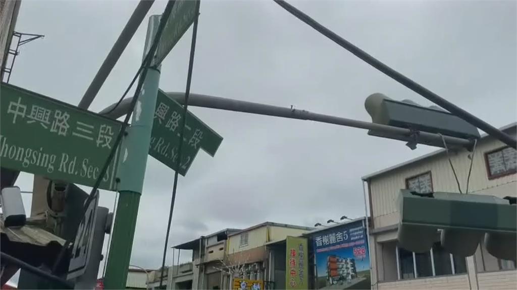 吊臂未收好 扯歪兩個號誌燈 吊車疏失釀禍 宜蘭縣府將求償