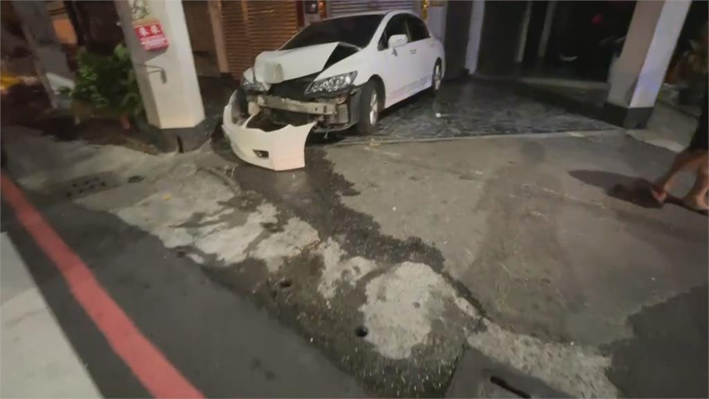 高雄白車闖燈擦撞Uber衝民宅酒駕?肇事駕駛落跑 車內驚見子彈
