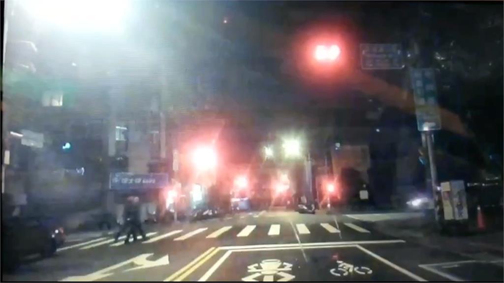 計程車左轉未禮讓行人 員警遭撞右大腿骨折