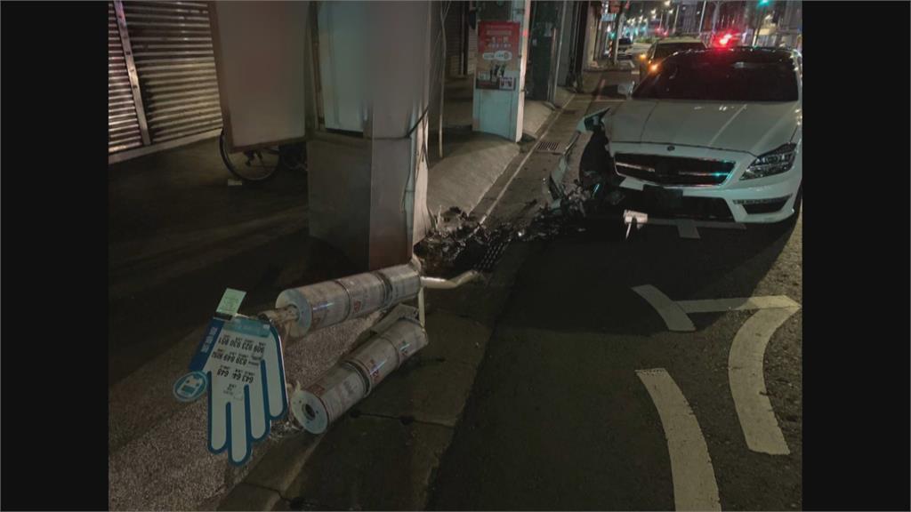 凌晨飆速 跑車撞毀公車站牌 駕駛跟乘客逃逸 警通知到案