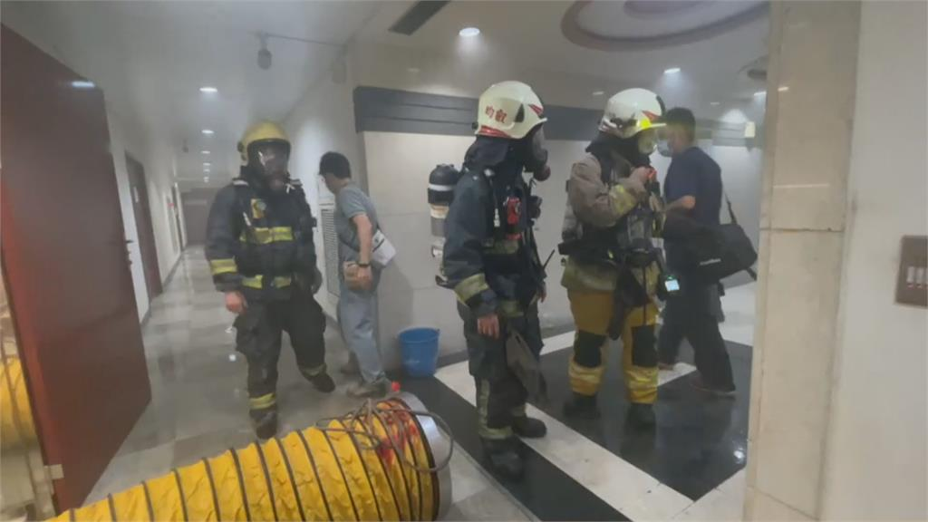 突傳爆炸聲響嚇壞人 辦公大樓竄火煙人員疏散!