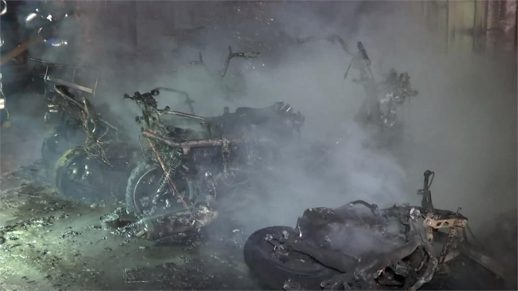 轟!板橋路邊機車燒整排 疏散住戶4人獲救