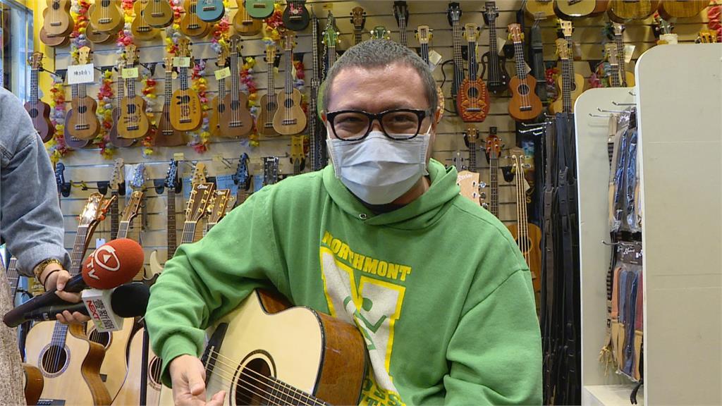 好想學吉他!?男孩跑進店內撥琴弦離開經濟條件不允許?老闆:想免費為他上課