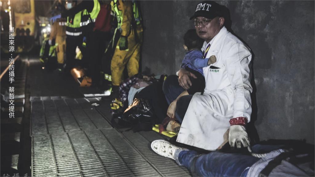 隧道內抱男童的白袍醫師 長期投入地方行善