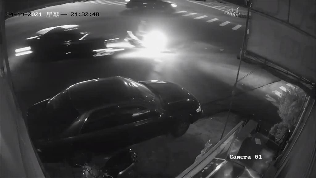 攔檢不停疑跑給警察追 轎車撞機車又肇逃