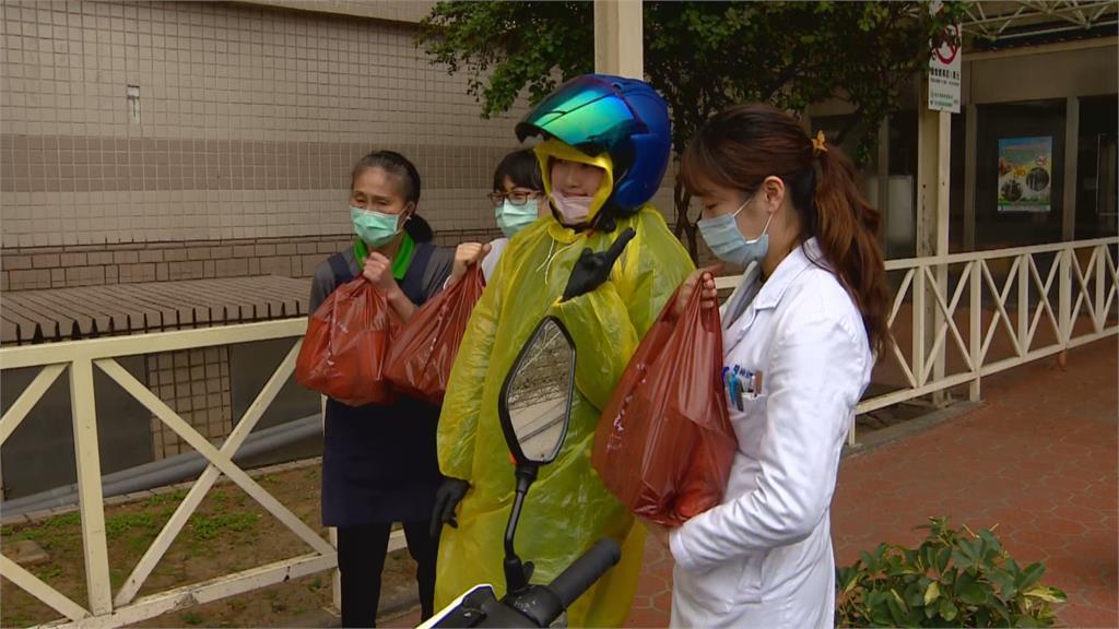 防護裝備足!部桃:有信心守住台灣 鹹酥雞攤車也來了!院外現炸送醫護