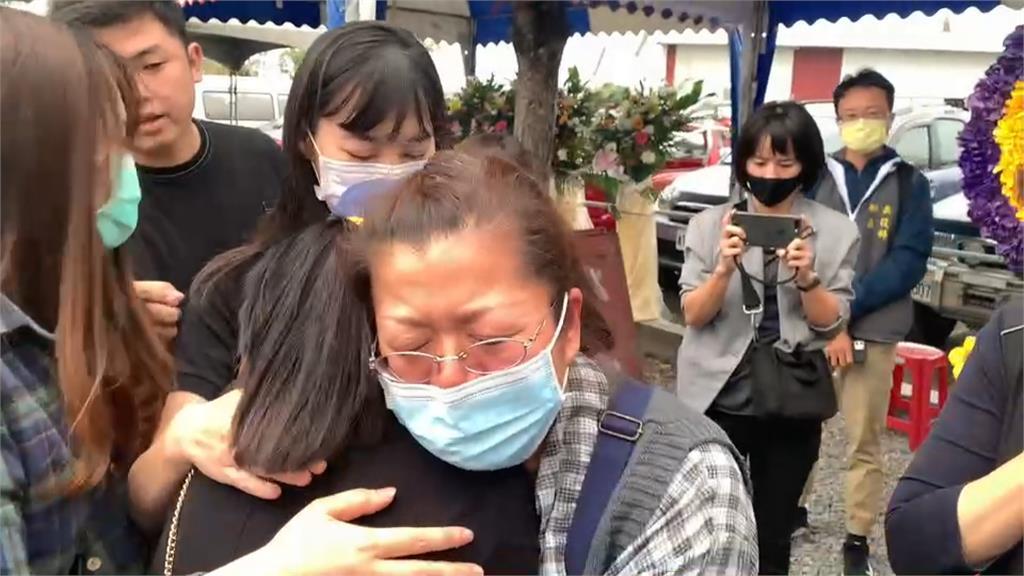 軍方歷經27天努力 遺體屏東南仁漁港尋獲!潘穎諄母抱饒慶鈴大哭「很驕傲有這個兒子」
