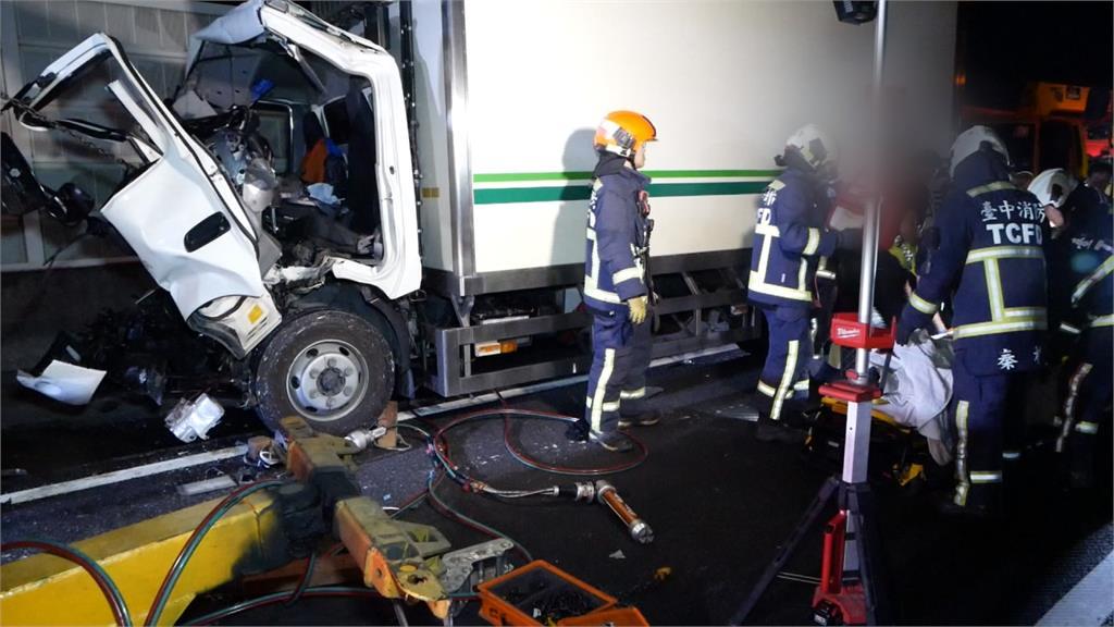 國道物流車追撞大貨車 1人救出OHCA