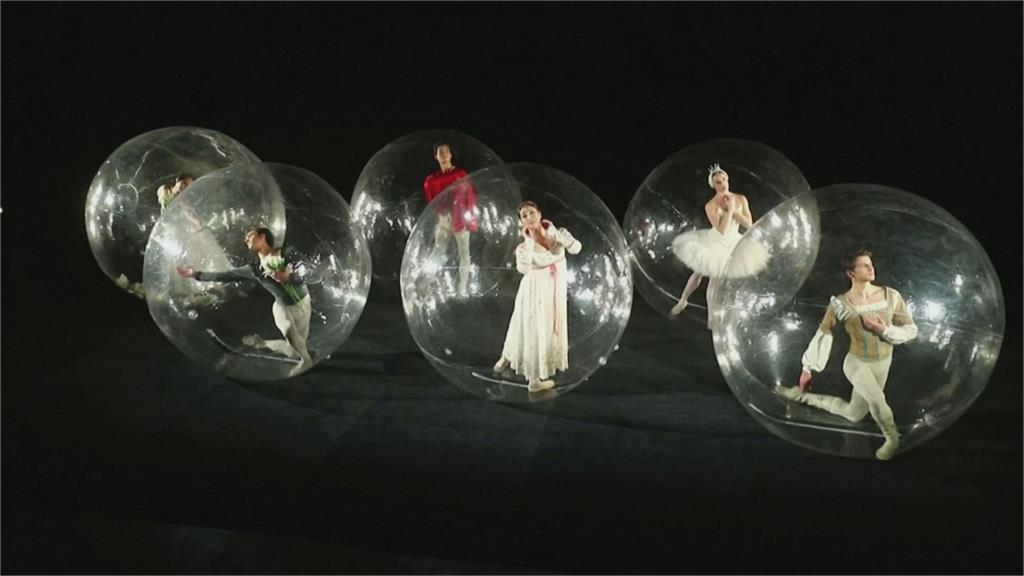 塑膠泡泡裡跳芭蕾舞 照片紀錄疫情下的無奈