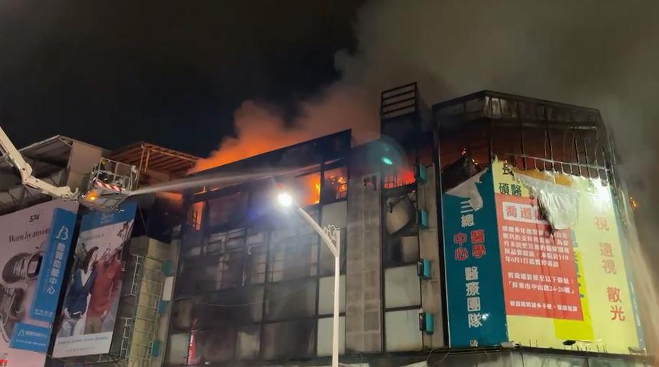 快新聞/屏東市四層樓透天厝大火! 「烈焰黑煙狂竄」消防員急灌救