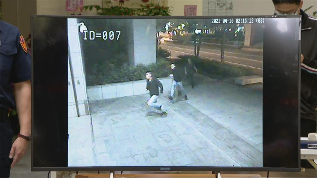快新聞/96秒畫面曝! 黑衣人丟椅砸電腦 前所長顧警形象「站電腦前格式化監視器」