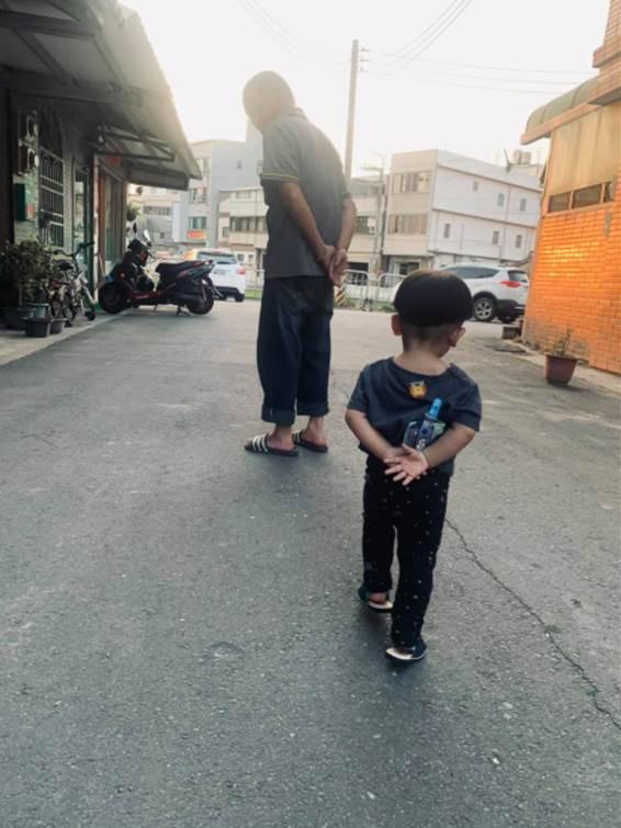 孩子走路姿勢洩「阿公帶大的」 2.3萬人笑翻認證