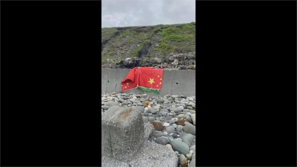 紀念成功偷渡? 花蓮海邊驚現五星旗.鐵製浮筒