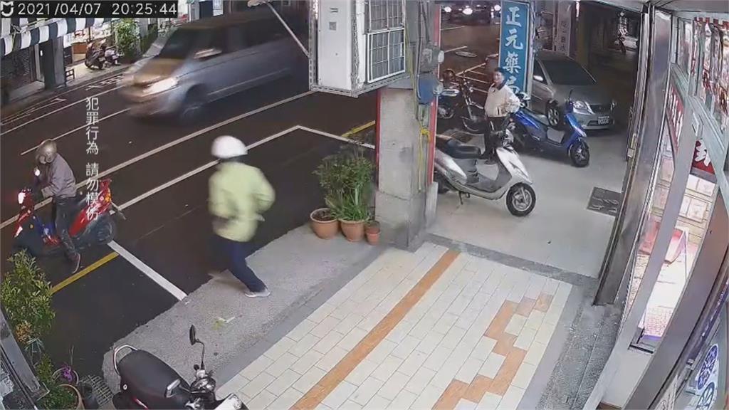 兩名歹徒搶銀樓劫走十兩黃金!鑽小巷逃逸 警疑有地緣關係緝捕中