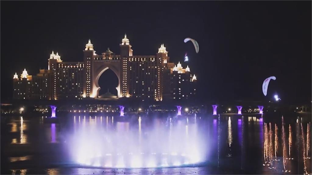動力滑翔傘搭配水舞上演世界最大噴泉飛行秀!