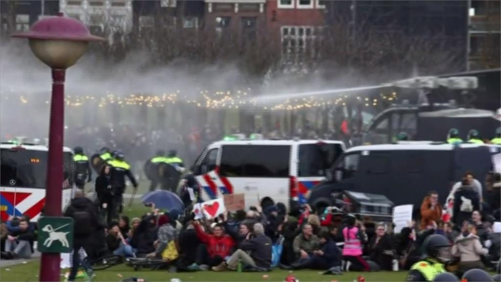 荷蘭反防疫爆衝突 警方逮捕上百人