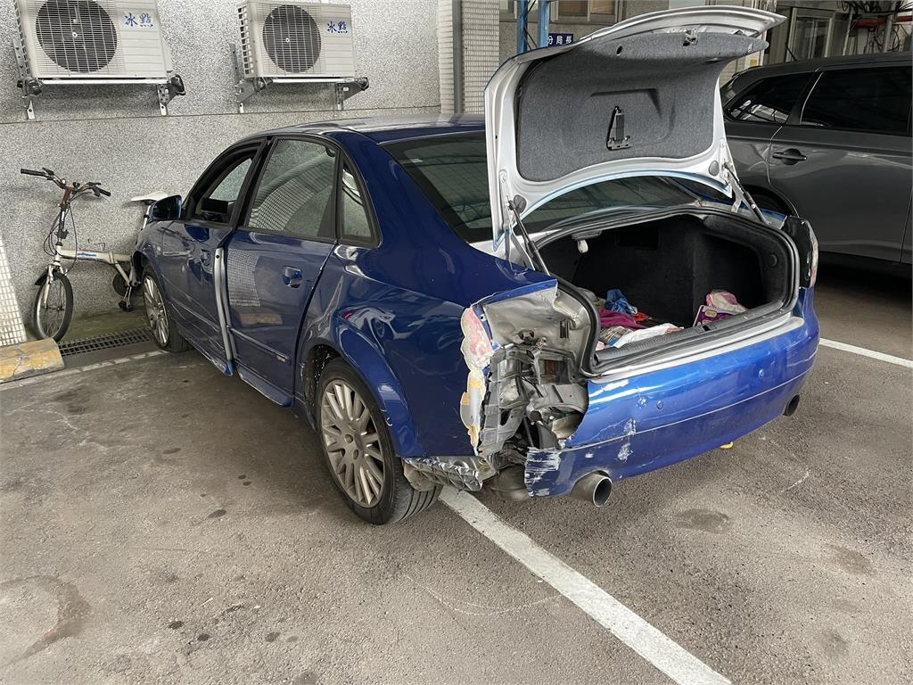 快新聞/男子不明原因駕奧迪衝撞北市文山一分局 多部警車毀損
