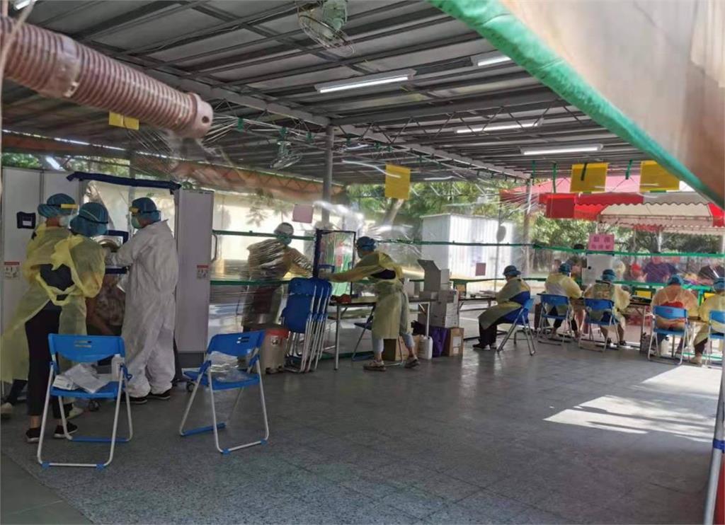 78歲老醫生駐守防疫前線「比診間更安全」38°C下快篩不缺席