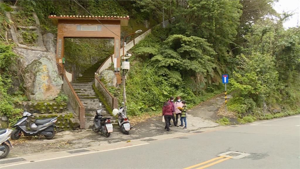 地主封路堵階梯! 北投「至妙寺」信徒參拜得爬200階