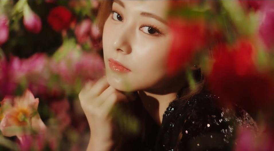 周子瑜新歌MV黑色露背洋裝 沉入花瓣浴缸上演濕背秀!