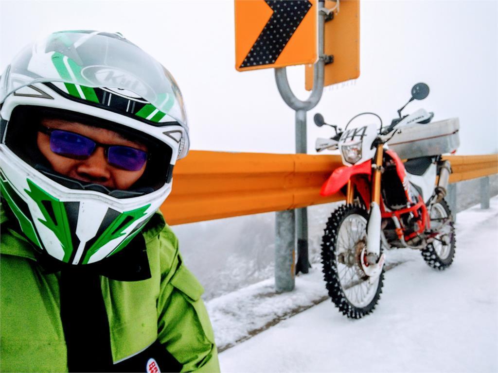 快新聞/不是來玩的!騎越野車雪地送信 網稱「最強郵差已上線」