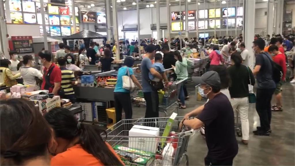 雙北升三級其餘「準三級」 超市湧搶購潮! 他全身防護衣來採買