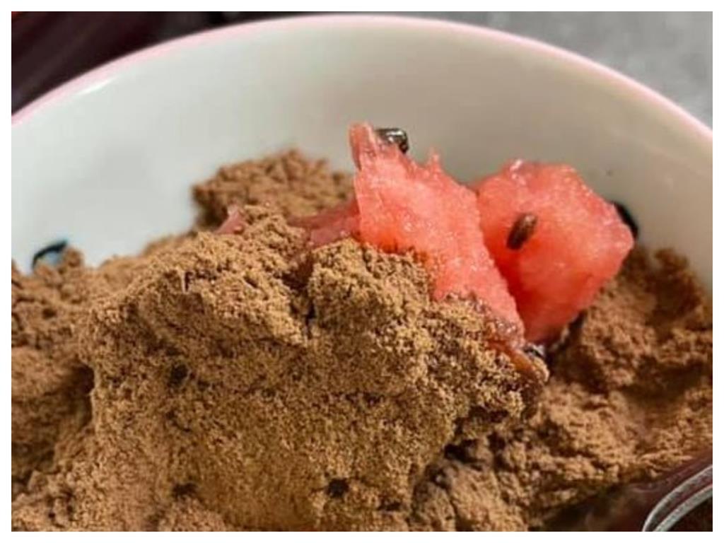 吃西瓜「灑1種粉」甜度瞬間爆表 網歪樓:好像在吃土!