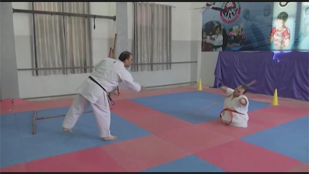 加薩男子天生無四肢 練空手道證明自己不受限