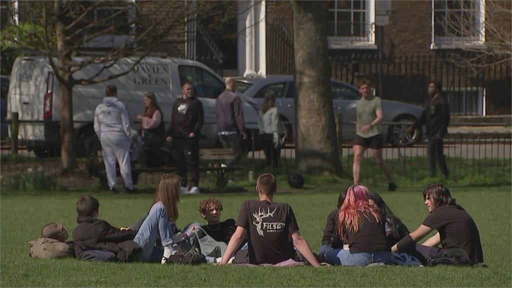 英國重啟戶外運動場 民眾迫不及待外出打球