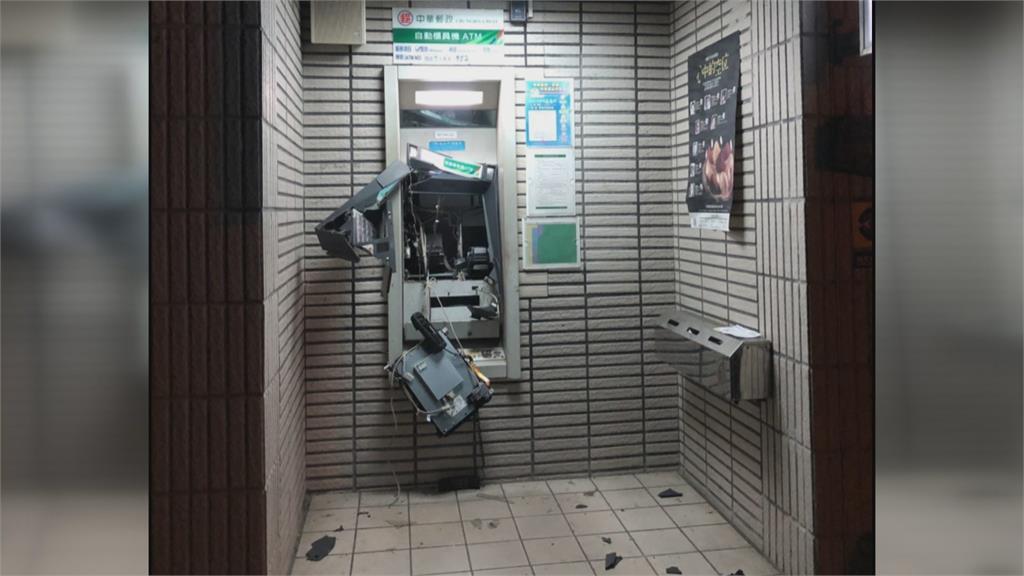 雨衣嫌手持榔頭狂砸 ATM面目全非整台報廢