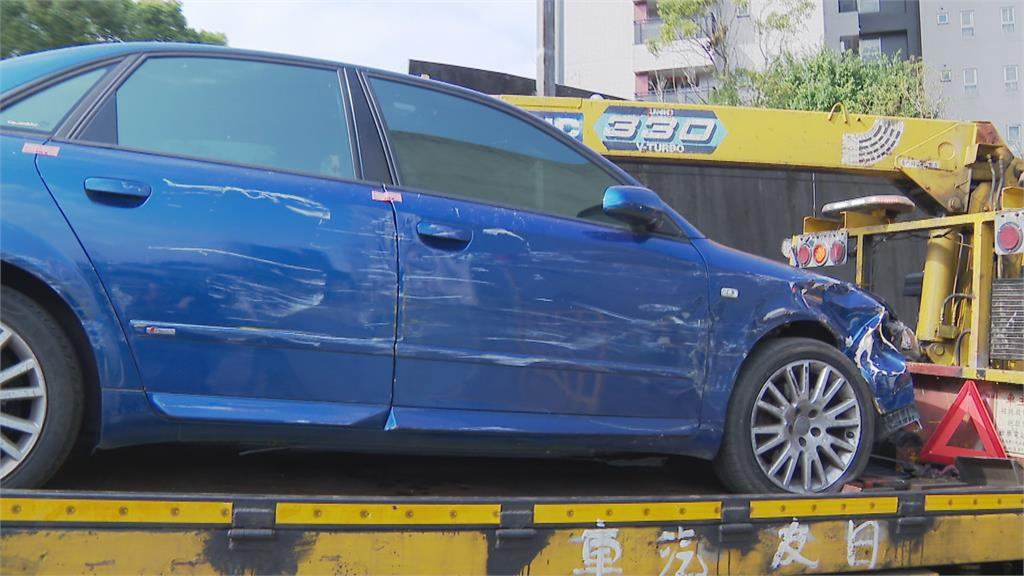 清晨巨響!連撞15輛警用汽機車被員警拖下車 嫌犯稱身體不適