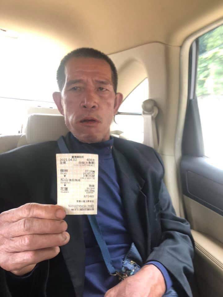 快新聞/衰被誤認為工人 他出示車票澄清:我是乘客