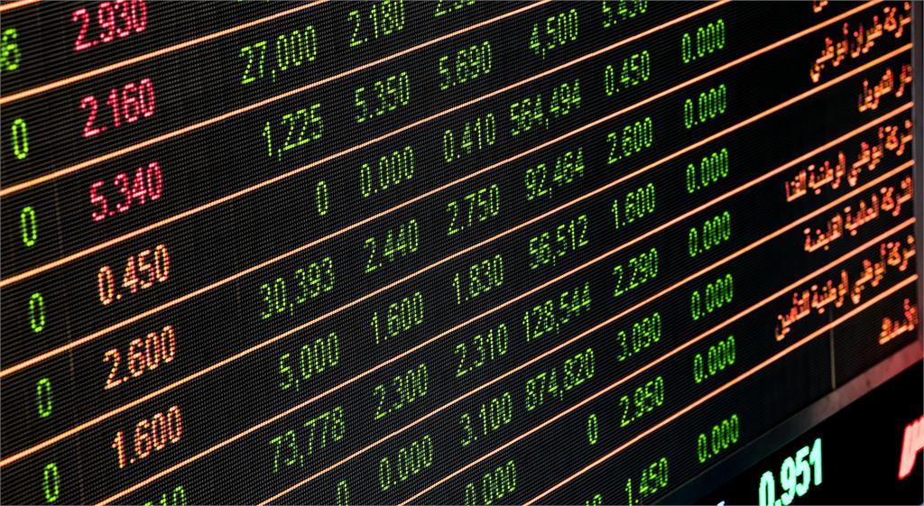 美股嚴重被高估?「巴菲特指標」飆破200%示警 股市恐將面臨崩盤
