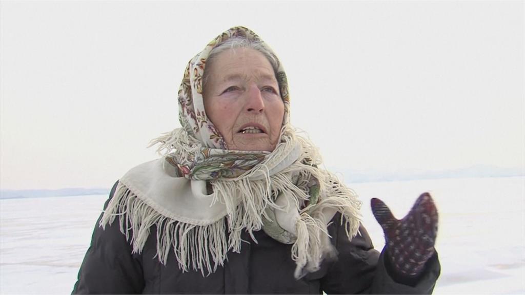 79歲老奶奶好本領! 貝加爾湖畔滑冰趴趴走
