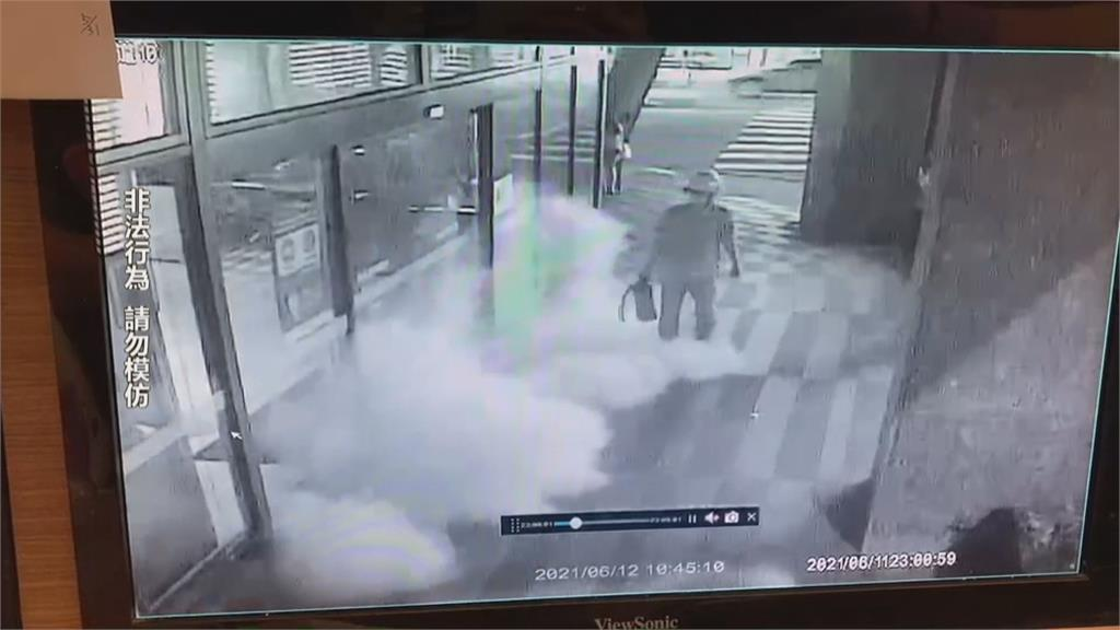 銀行ATM成出氣筒被滅火器狂噴...失業男心情阿雜臨時起意...這下GG了!