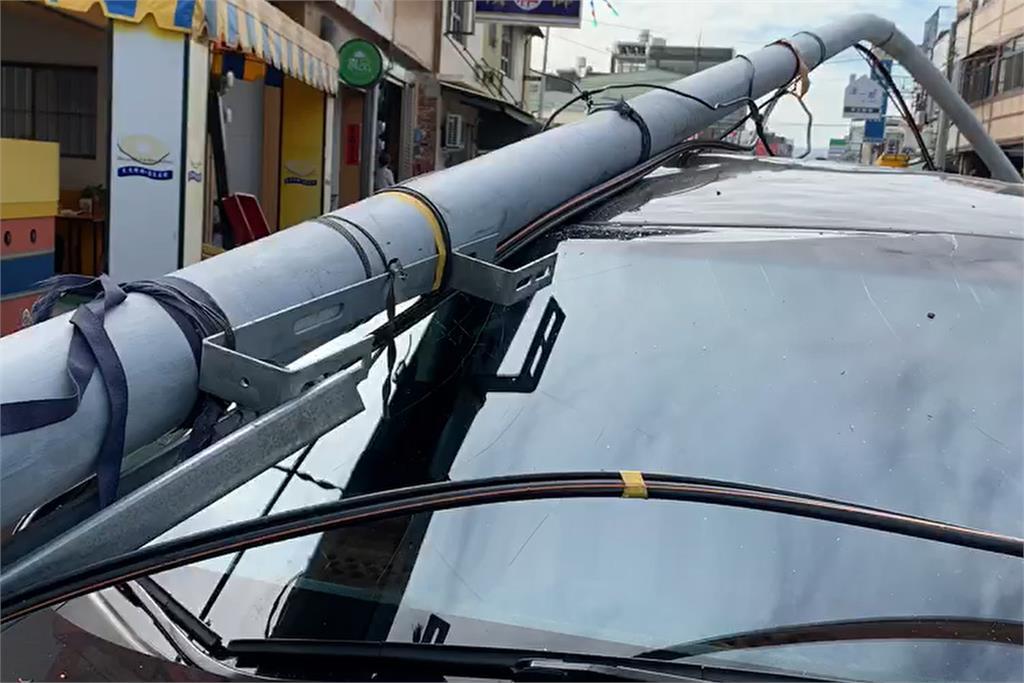快新闻/怪手勾到电线「电线桿被拉倒」 车主吓坏:当时在车内全身发抖