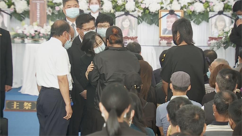 快新聞/台鐵太魯閣事故聯合追思公祭 蔡英文抱罹難著家屬場面動容
