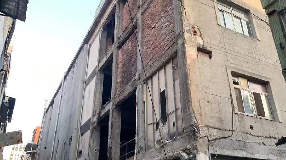 快新聞/跟地震有關? 高雄舊今日戲院外牆倒塌 宛如災難場景