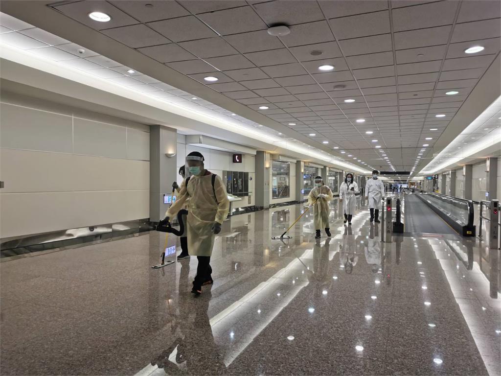疫情警戒升級!桃機加強航廈清消 縮減候機室及商業服務設施