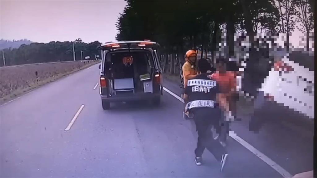 疑為閃避爆衝野狗 轎車失控自撞路樹釀1死4傷