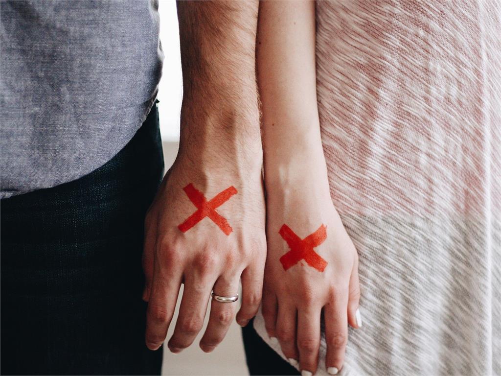 男買56萬戒指求婚 她得知「非天然鑽石」瞬間翻臉!網嗆:不要娶!