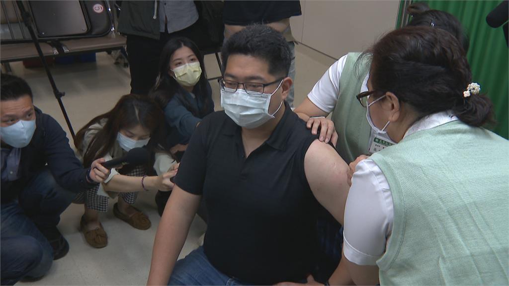 AZ疫苗23日起擴大公費接種 放寬戴口罩禁令?陳時中透露「相信很快」