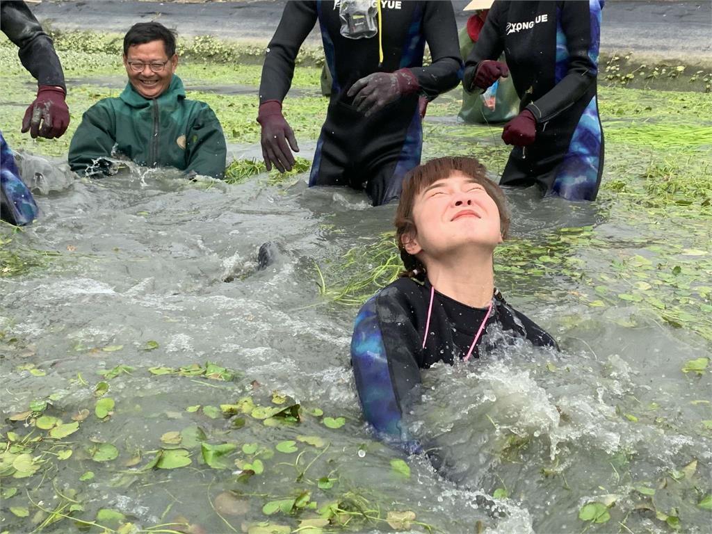 《綜藝新時代》阿翔慘吃土!下田種水蓮慘摔成泥巴人