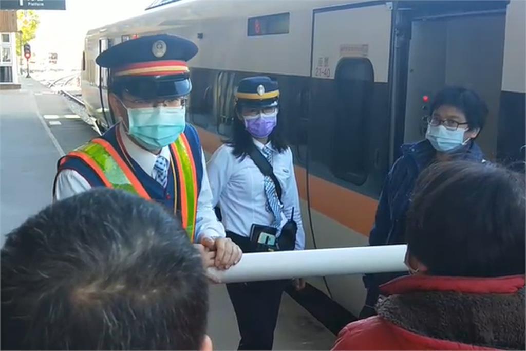 快新聞/直擊! 台鐵海端站工程車撞傷3道班工人 旅客怒吼:不知道要等多久