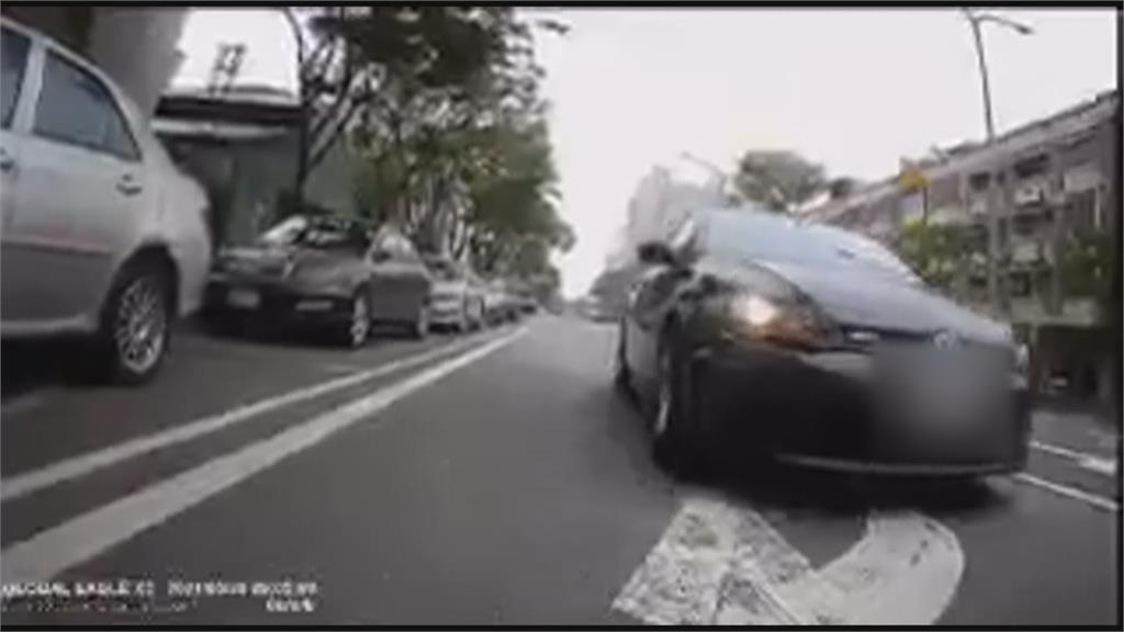 重機騎士控逼車 駕駛「華麗轉身」嗆:我有的是錢